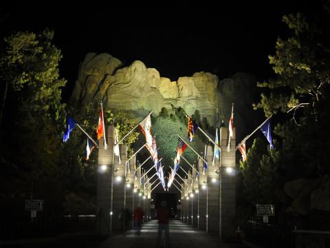 點亮拉什莫爾山的著名臉孔供夜間觀看