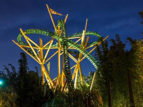 坦帕灣布希公園獵豹雲霄飛車的夜景